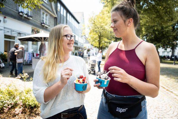 Zwei junge Frauen mit Eisbecher der Toyota Aygo Kampagne