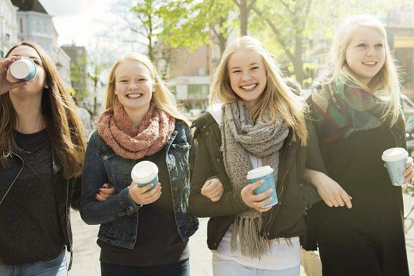 Vier Mädchen mit Coffee to Go Bechern von AD2GO